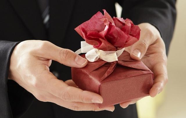 Что подарить любовнице: оригинальные и классические презенты