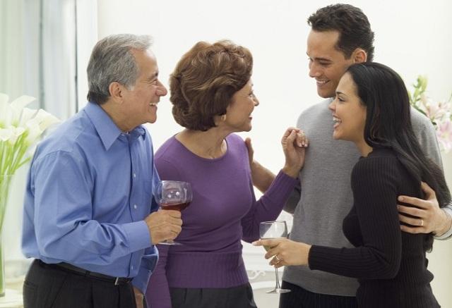 Знакомство с родителями парня: что подарить, надеть, как себя вести