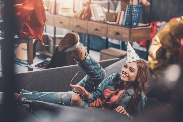 Что подарить девушке на 18 лет: идеи для всех случаев