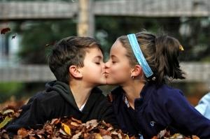 Как понравиться мальчику: способы влюбить парня любого возраста