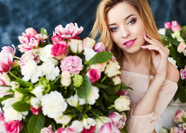 Что подарить девушке на 20 лет: полезные и романтичные подарки