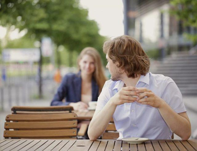Муж совсем не ревнует: что это значит и как себя вести