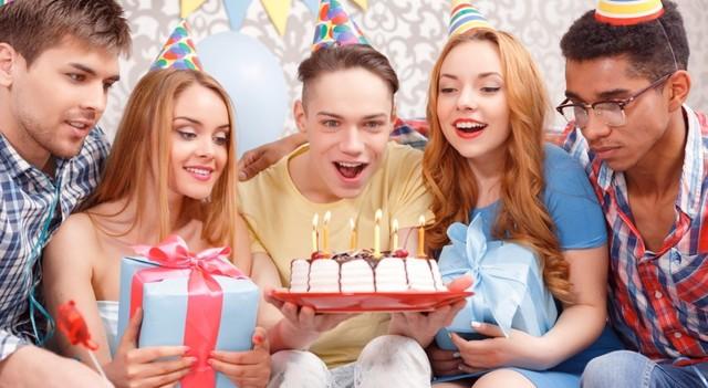Что можно подарить парню на 18 лет: подборка свежих идей