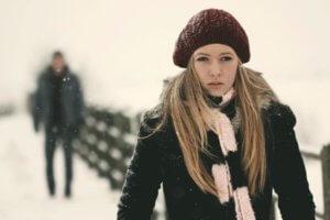 Как переживают расставание мужчины: психологические стадии
