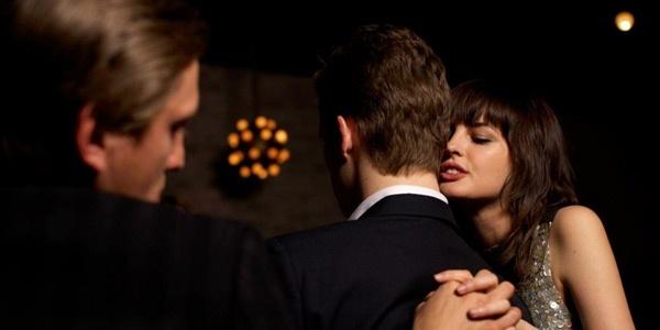 Если жена изменяет мужу с его друзьями: как узнать и что делать