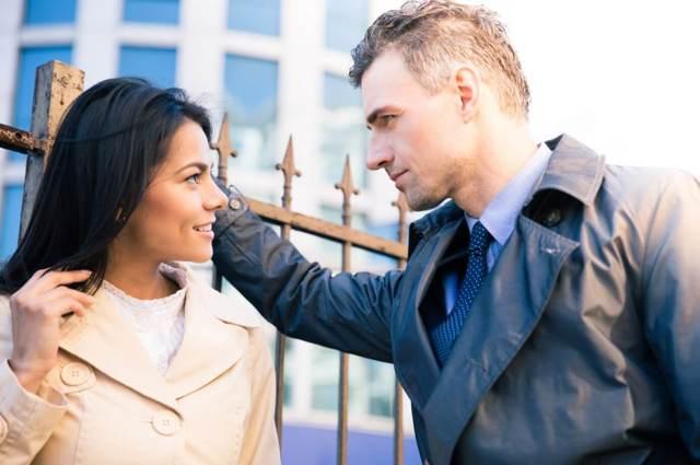 Как понять, что мужчина флиртует: в переписке и на свидании