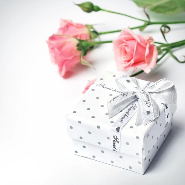 Что подарить девушке на день рождения: различные варианты и идеи